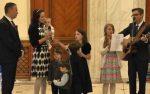 Familia Bodnariu, stabilită în România după coşmarul norvegian, a fost prezentă în Parlament cu toţi cei şase copii