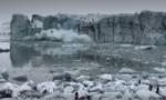 Momentul în care turiștii care vizitau un ghețar din Islanda sunt amenințați de un val uriaș de apă